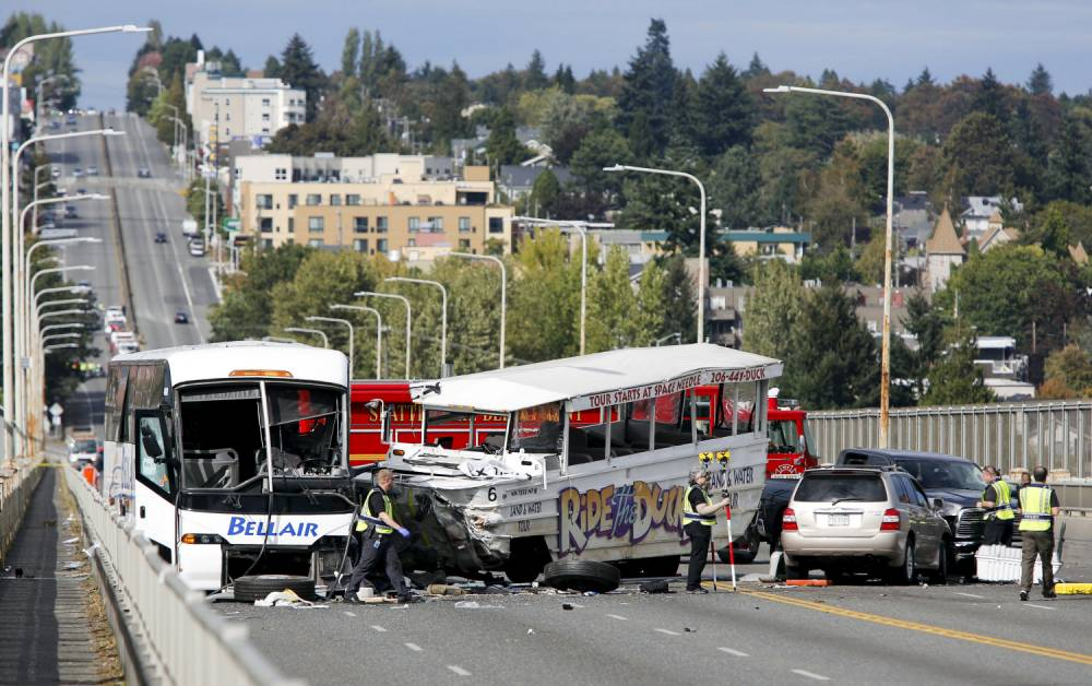 Officers investigate the scene of a crash between a Ride the Ducks vehicle and a charter bus on the Aurora Bridge in Seattle, Washington September 24, 2015. At least four people were killed and nine critically injured on Thursday when an amphibious tour bus collided with a charter bus on a Seattle bridge, the city's fire department said. REUTERS/Jason Redmond