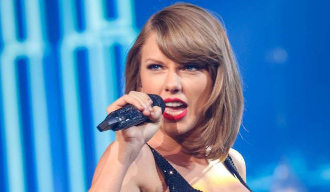 """Taylor Swift performs during the Shanghai leg of her """"1989"""" concert in Shanghai, November 10, 2015. Picture taken November 10, 2015. REUTERS/Stringer CHINA OUT. NO COMMERCIAL OR EDITORIAL SALES IN CHINA"""