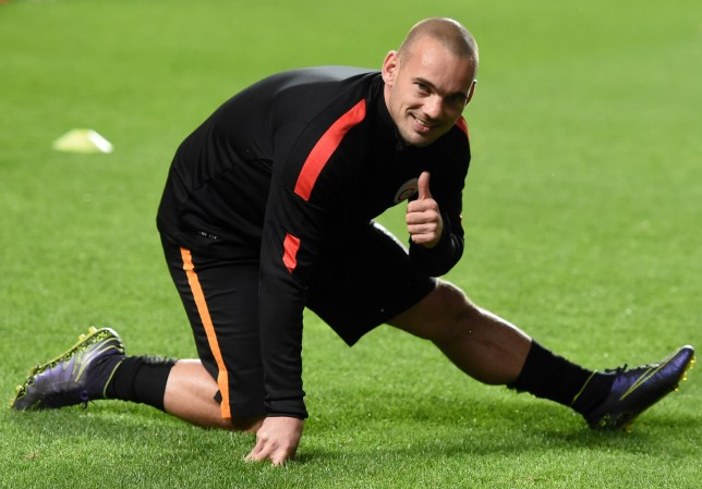 Galatasaray's Dutch midfielder Wesley Sneijder gives a thumbs up to supporters as he warms up before the UEFA Champions League football match SL Benfica v Galatasaray AS at the Luz stadium in Lisbon on November 3, 2015. AFP PHOTO / FRANCISCO LEONG (Photo credit should read FRANCISCO LEONG/AFP/Getty Images)