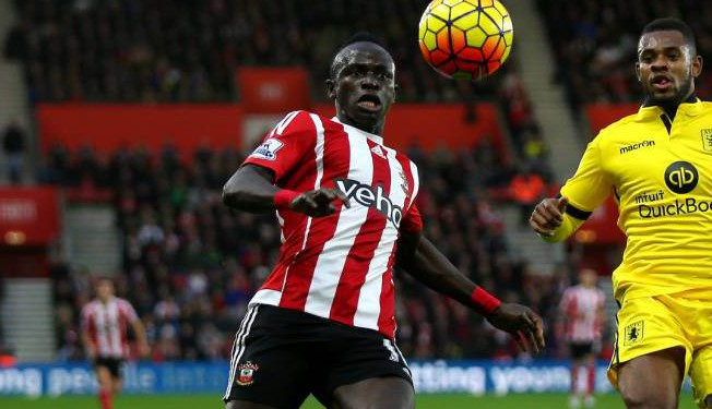 SOUTHAMPTON, ENGLAND - DECEMBER 05: Sadio Mane of Southampton and Leandro Bacuna of Aston Villa compete for the ball during the Barclays Premier League match between Southampton and Aston Villa at St Mary's Stadium on December 5, 2015 in Southampton, England. (Photo by Bryn Lennon/Getty Images)