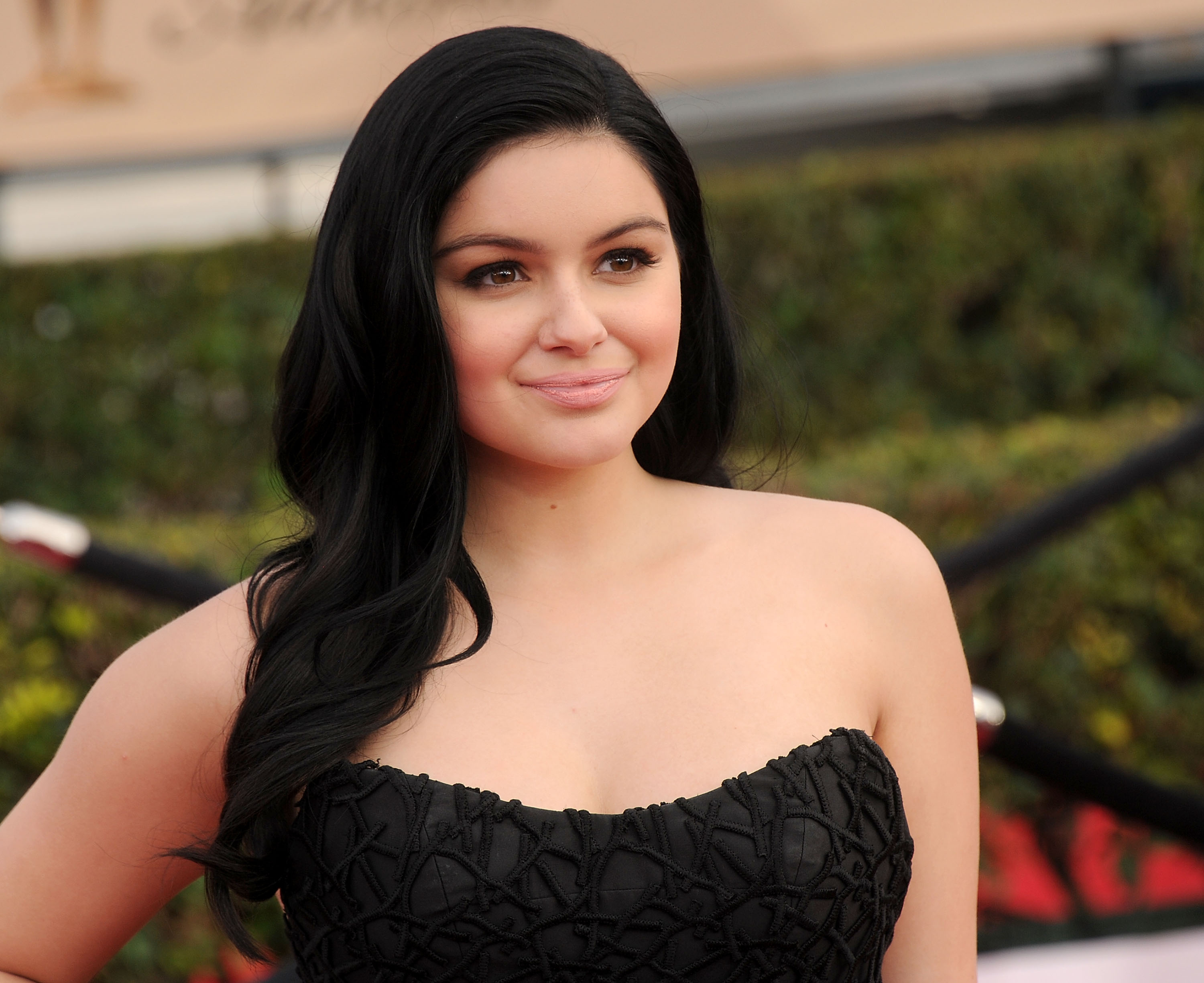 Modern Family's Ariel Winter defends showing her breast reduction scars at the SAG Awards