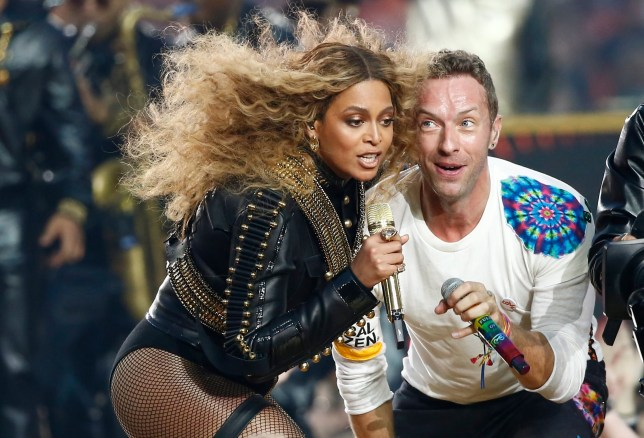 epaselect epa05149064 Beyonce (L) and Chris Martin (R) of Coldplay perform during the halftime show of the NFL's Super Bowl 50 between the AFC Champion Denver Broncos and the NFC Champion Carolina Panthers at Levi's Stadium in Santa Clara, California, USA, 07 February 2016. EPA/TANNEN MAURY