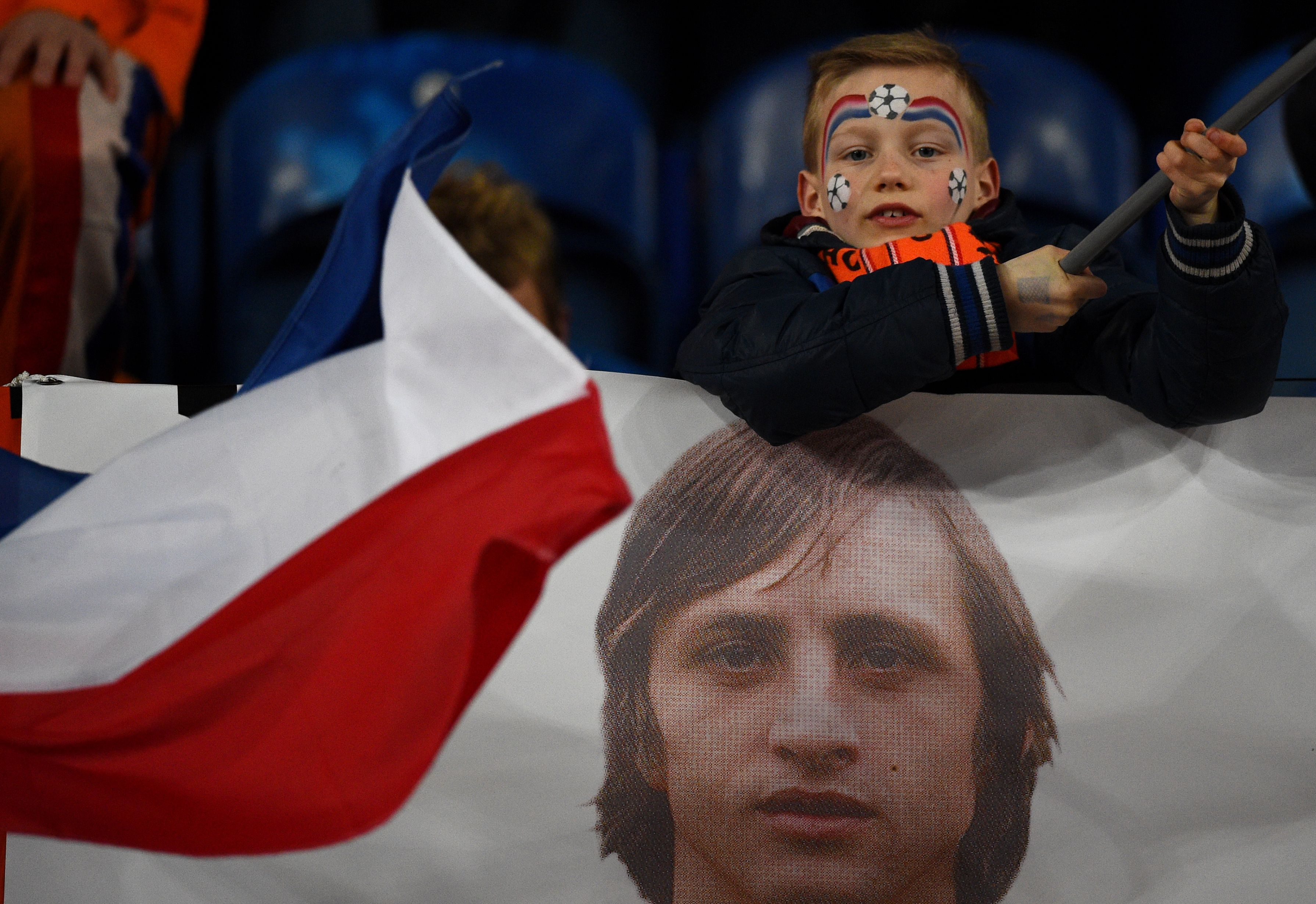 Holland pay class tribute to Johan Cruyff by stopping match v France in 14th minute to applaud him
