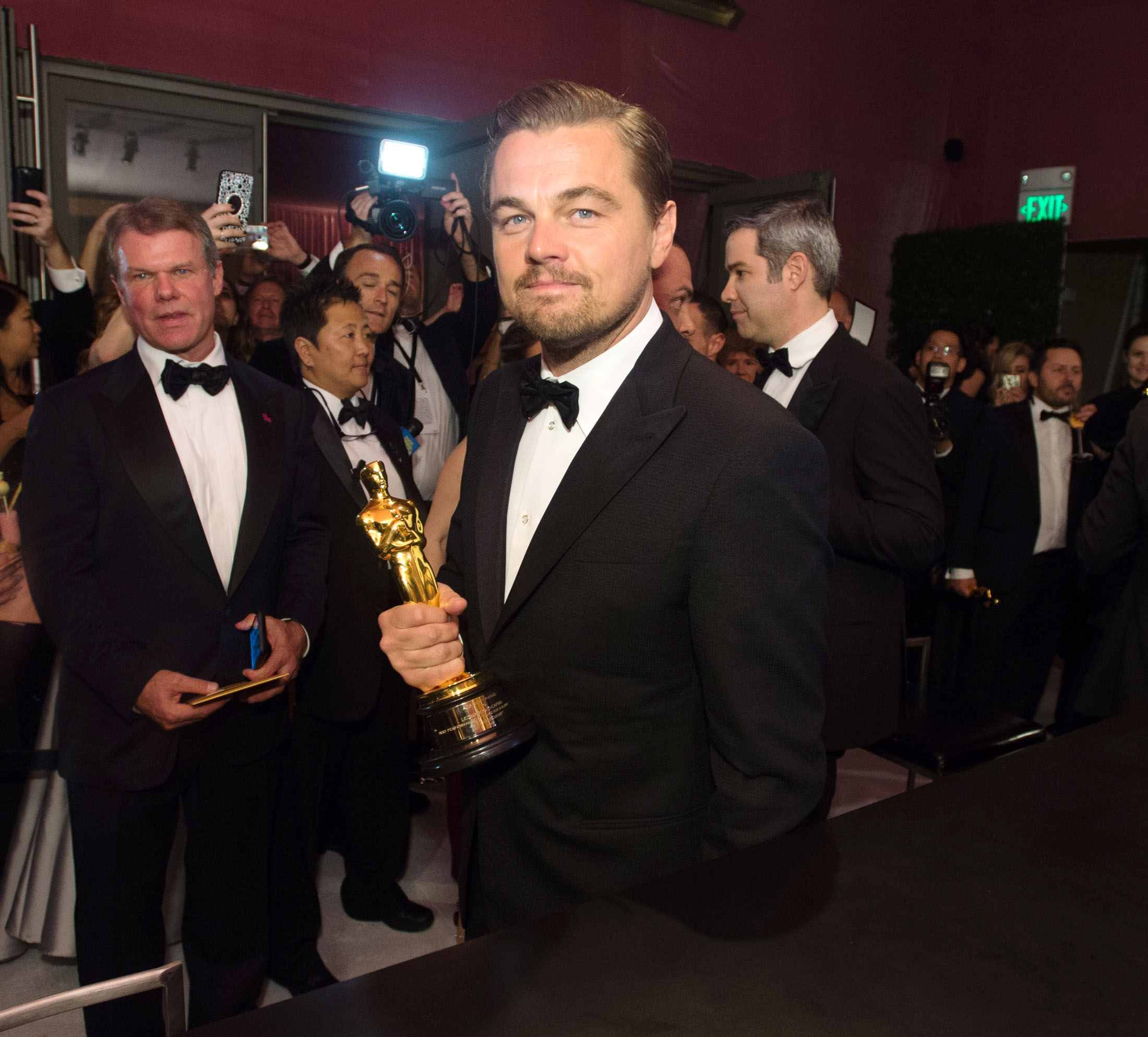 28.feb.2016 - Hollywood - USA Oscar winning actor Leonardo DiCaprio, at the Governors Ball following the live ABC Telecast of The 88th Oscars at the Dolby Theatre in Hollywood! BYLINE MUST READ : XPOSUREPHOTOS.COM *AVAILABLE FOR UK SALE ONLY* BYLINE MUST READ : XPOSUREPHOTOS.COM ***UK CLIENTS - PICTURES CONTAINING CHILDREN PLEASE PIXELATE FACE PRIOR TO PUBLICATION *** **UK CLIENTS MUST CALL PRIOR TO TV OR ONLINE USAGE PLEASE TELEPHONE  44 208 344 2007 ***