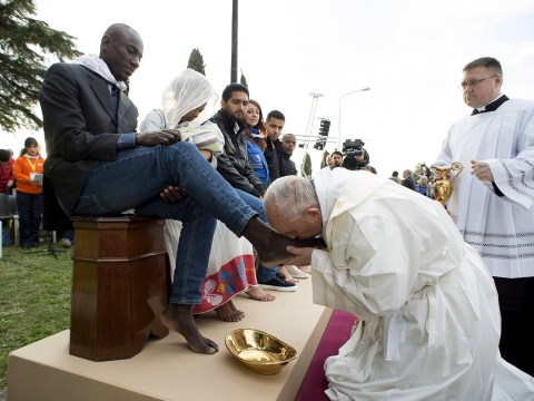 Pope Francis washes feet of refugees for Easter Week