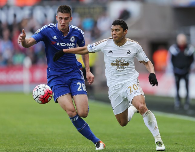 SWANSEA, WALES - APRIL 09: Matt Miazga of Chelsea tussles for the ball with Jefferson Montero of Swansea during the Barclays Premier League match between Swansea City and Chelsea at the Liberty Stadium on April 9, 2016 in Swansea, Wales (Photo by Alex Morton/Getty Images)