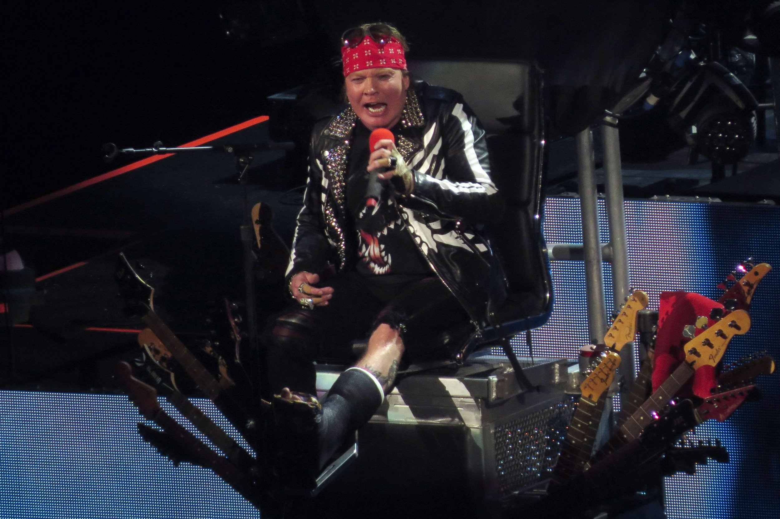 Guns N' Roses's Axl Rose broke his foot and now he's using Dave Grohl's throne