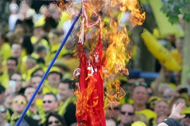 newest 103f0 1521d Borussia Dortmund: Angry fans set fire to a Hummels Bayern ...