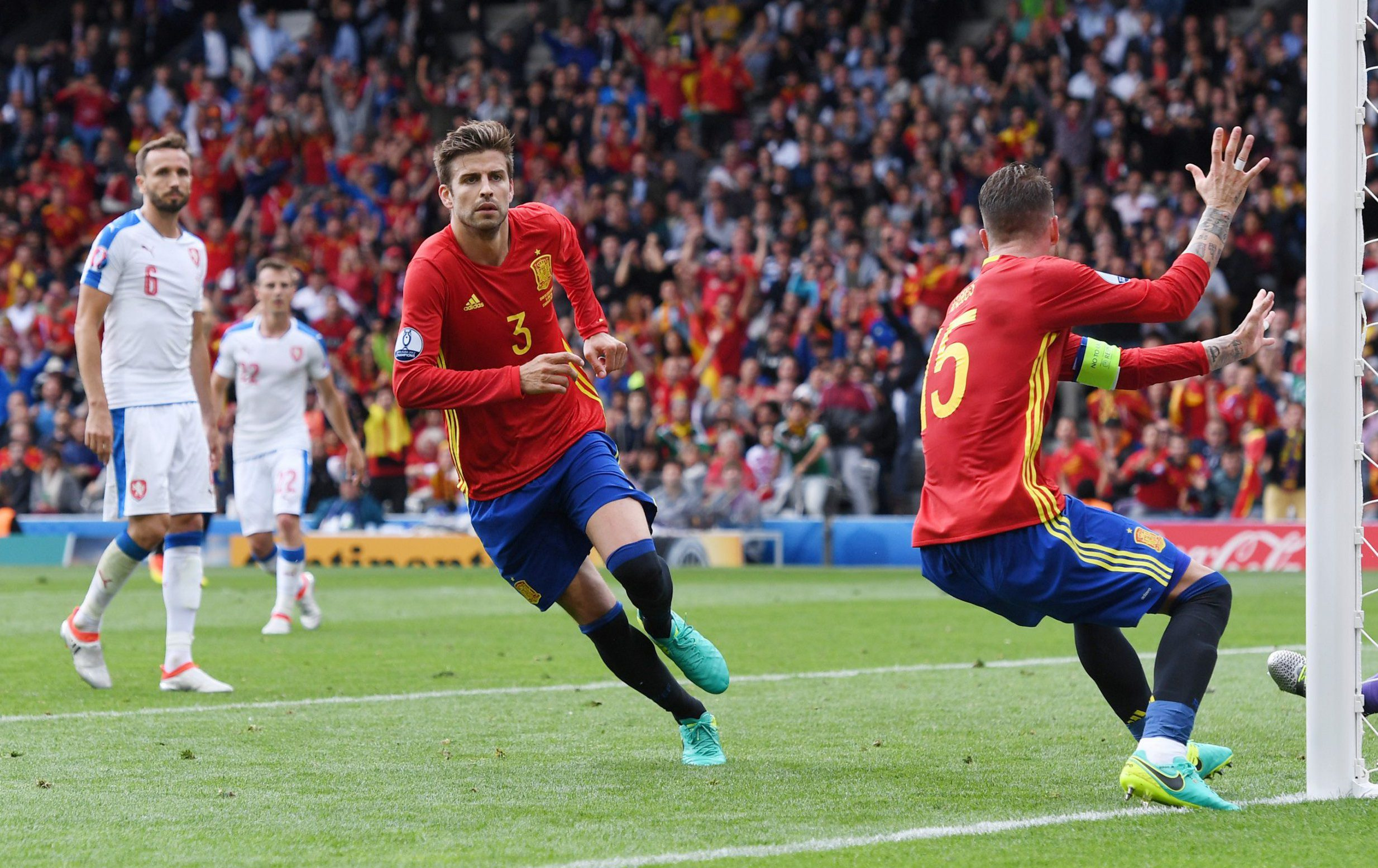 TOULOUSE, FRANCE - JUNE 13: Gerard Pique (C) of Spain celebrates scoring his team's first goal during the UEFA EURO 2016 Group D match between Spain and Czech Republic at Stadium Municipal on June 13, 2016 in Toulouse, France. (Photo by David Ramos/Getty Images)