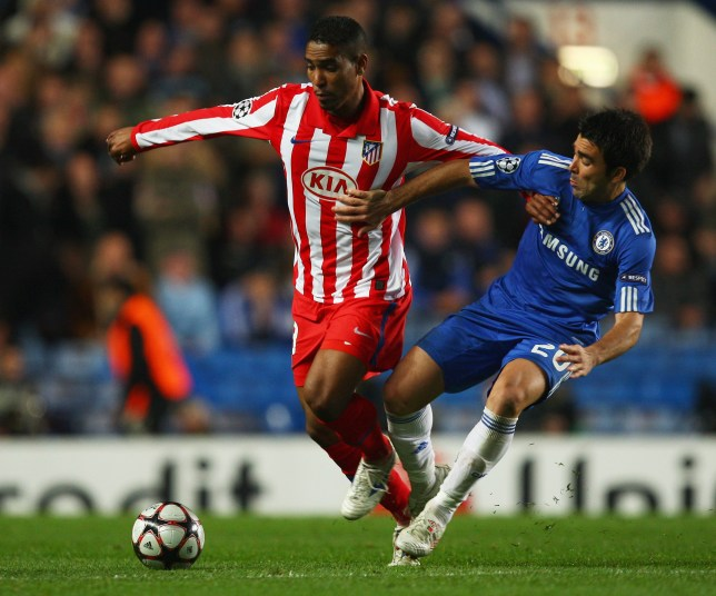 LONDON - OCTOBER 21: Deco of Chelsea battles with Cleber Santana of Atletico Madrid during the UEFA Champions League Group D match between Chelsea and Atletico Madrid at Stamford Bridge on October 21, 2009 in London, England. (Photo by Richard Heathcote/Getty Images)