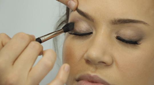 Eye makeup tutorial video: How to apply a festive glitter
