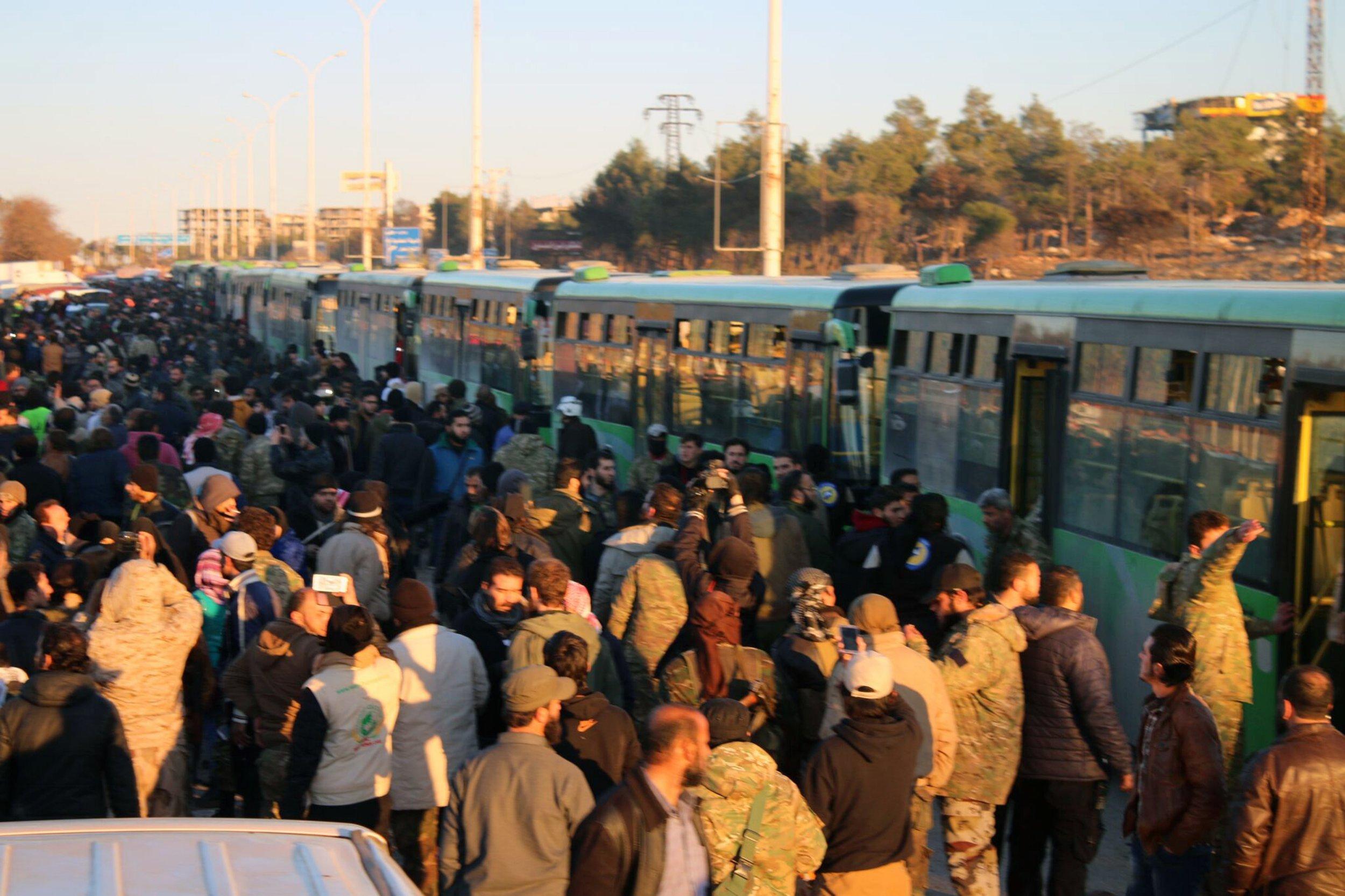 Massive evacuation of Aleppo 'grinds to a halt'