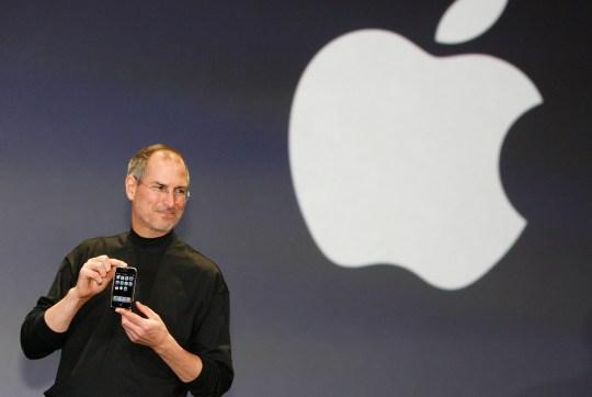 El director ejecutivo de Apple, Steve Jobs, presenta el iPhone, un nuevo teléfono móvil súper delgado, de menos de media pulgada (1,3 cm), que cuenta con un teléfono, capacidad para Internet y reproductor MP3, además de una cámara digital de 2 megapíxeles, dijo Jobs.