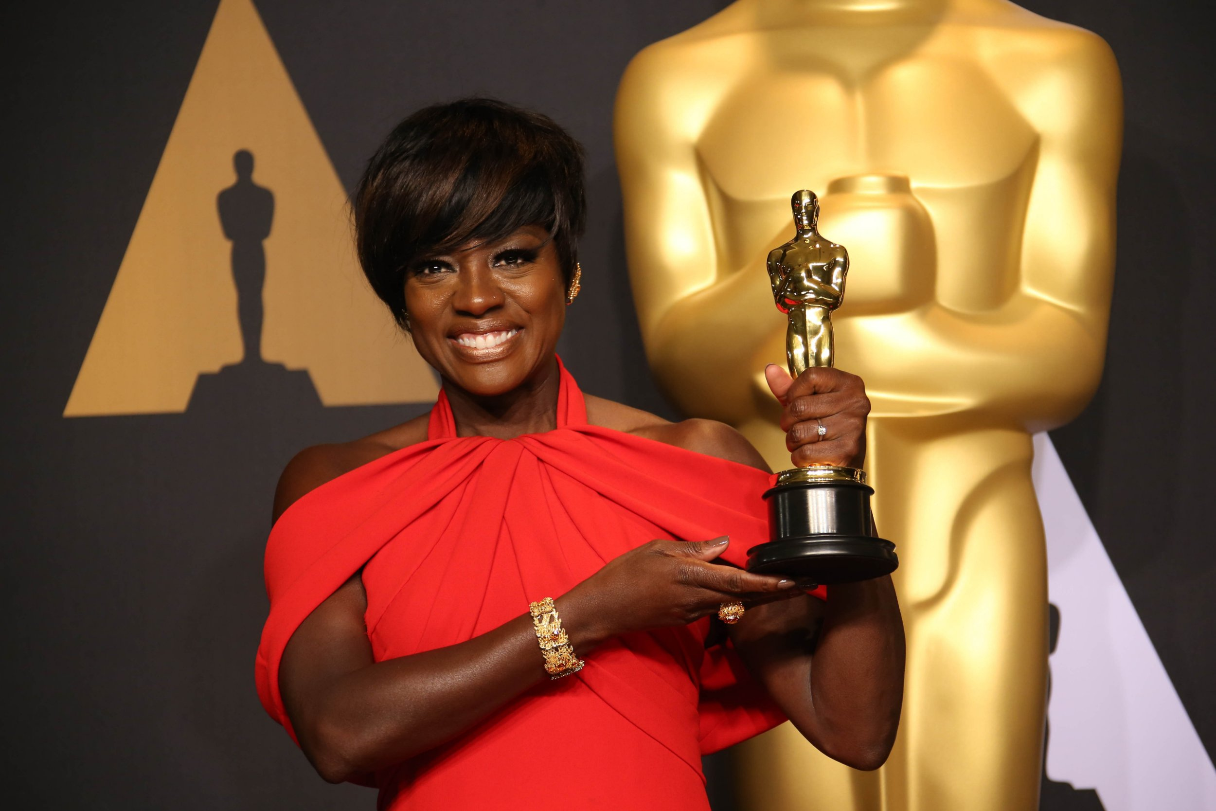 HOLLYWOOD, CA - FEBRUARY 26: Viola Davis poses with the Oscar for Best Actress in a Supporting Role for 'Fences' in the trophy room during the 89th Academy Awards at Dolby Theatre on February 26, 2017 in Hollywood, California. PHOTOGRAPH BY Dan MacMedan / ddp USA / Barcroft Images London-T:+44 207 033 1031 E:hello@barcroftmedia.com - New York-T:+1 212 796 2458 E:hello@barcroftusa.com - New Delhi-T:+91 11 4053 2429 E:hello@barcroftindia.com www.barcroftimages.com