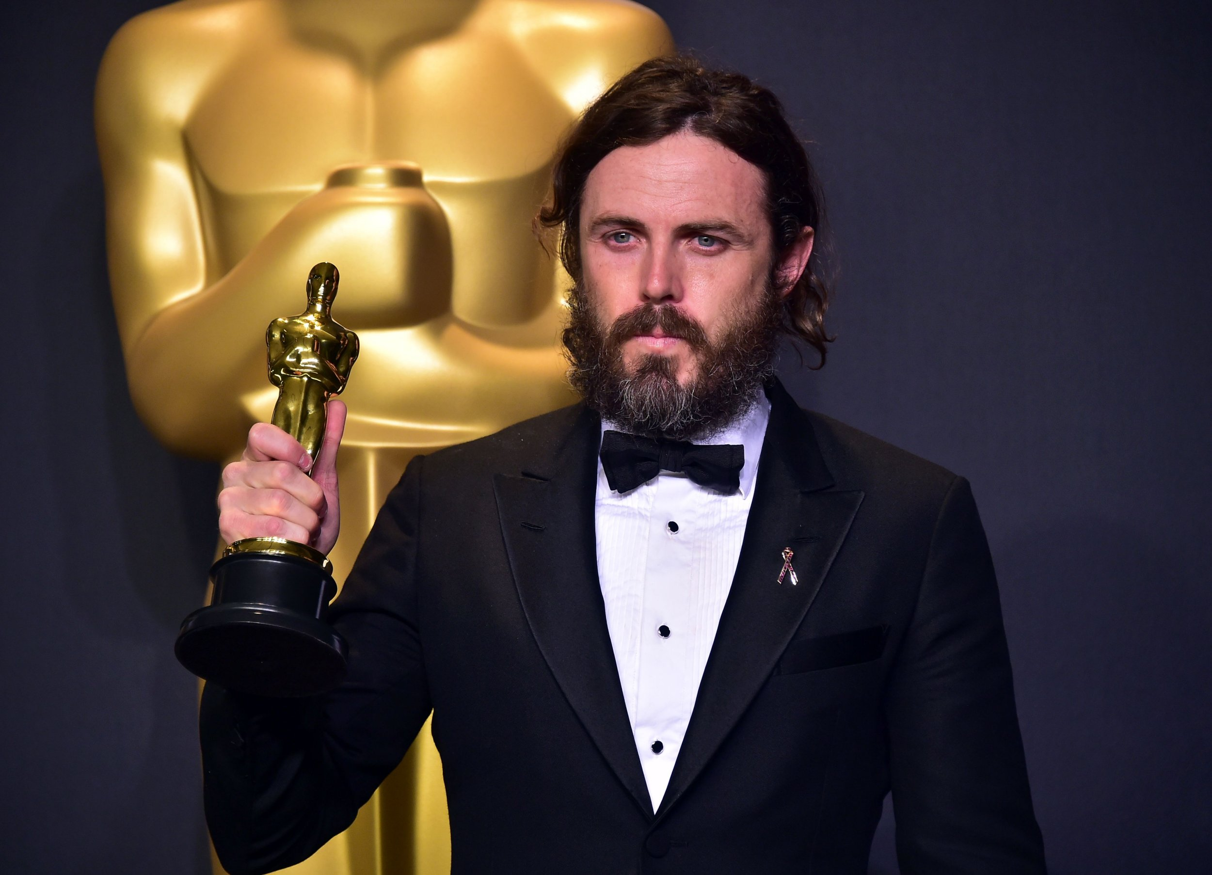 Why is Casey Affleck not presenting the Best Actress Oscar, who is replacing him and is Emma Stone presenting Best Actor?