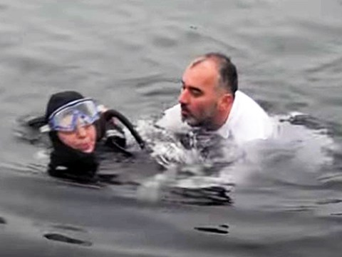 Mayor jumps into sea to rescue struggling diver