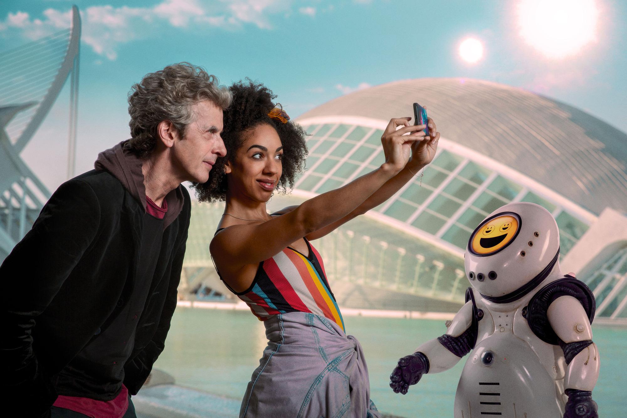 The Doctor (PETER CAPALDI), Bill (PEARL MACKIE), Emojibot