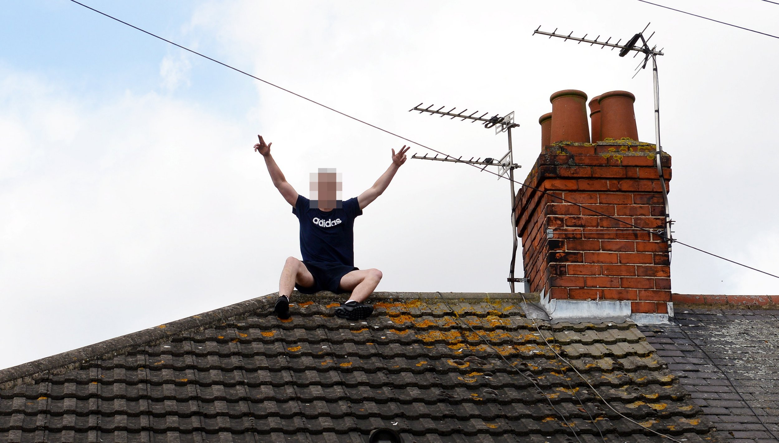 Police abandon arrest of suspect after he climbs onto his own roof