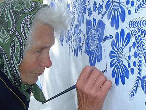90-year-old grandma spends her days painting the houses in her village with beautiful designs