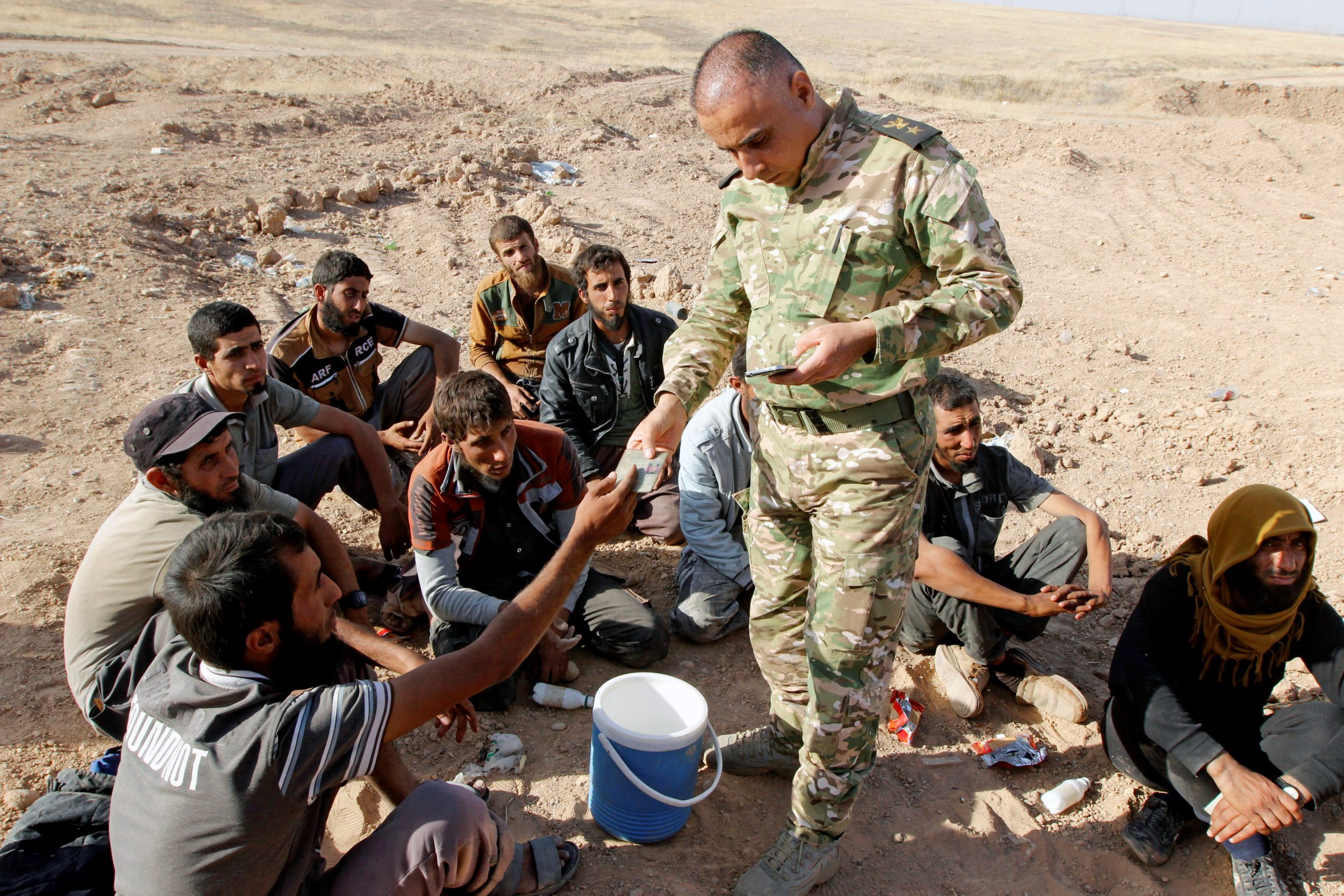 Isis fighters 'have no food or money' as hundreds surrender in Iraq