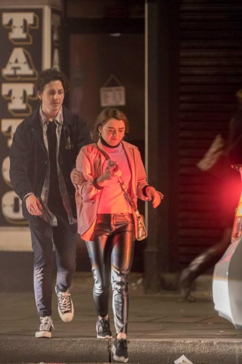 Stranger Things Charlie Heaton And Natalia Dyer Aren T Afraid Of Pda Metro News