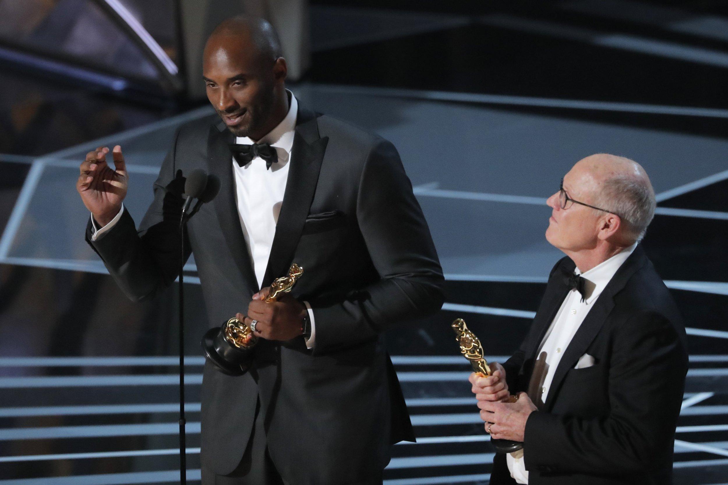 """90th Academy Awards - Oscars Show - Hollywood, California, U.S., 04/03/2018 - Kobe Bryant and Glen Keane (R) accept the Oscar for Best Animated Short Film for """"Dear Basketball."""" REUTERS/Lucas Jackson"""