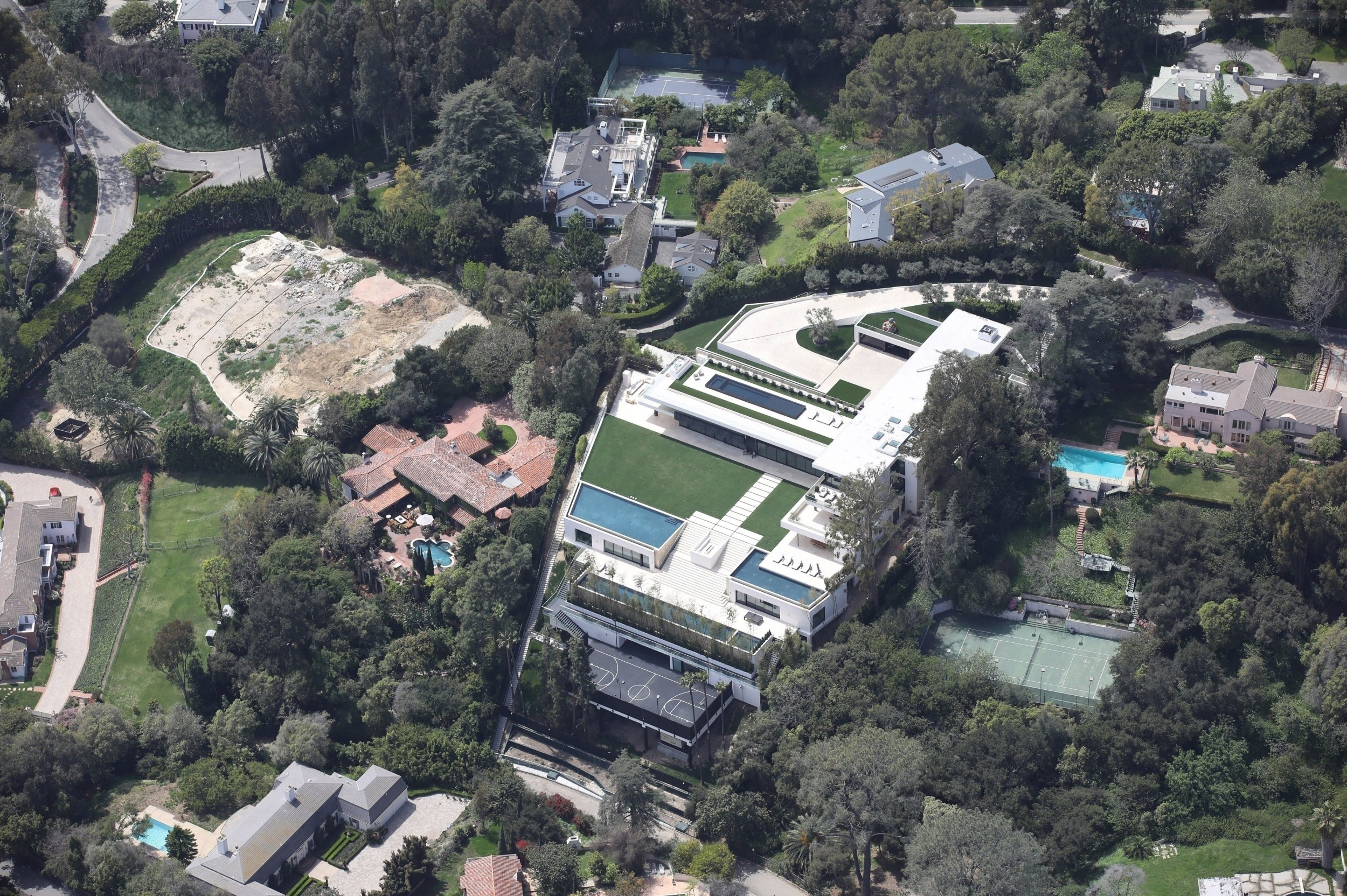 Bel Air, CA - *EXCLUSIVE* - Beyonce and Jay Z massive estate in Bel Air. Pictured: Beyonce and Jay Z's House BACKGRID USA 8 APRIL 2018 BYLINE MUST READ: Vasquez-Max Lopes / BACKGRID USA: +1 310 798 9111 / usasales@backgrid.com UK: +44 208 344 2007 / uksales@backgrid.com *UK Clients - Pictures Containing Children Please Pixelate Face Prior To Publication*
