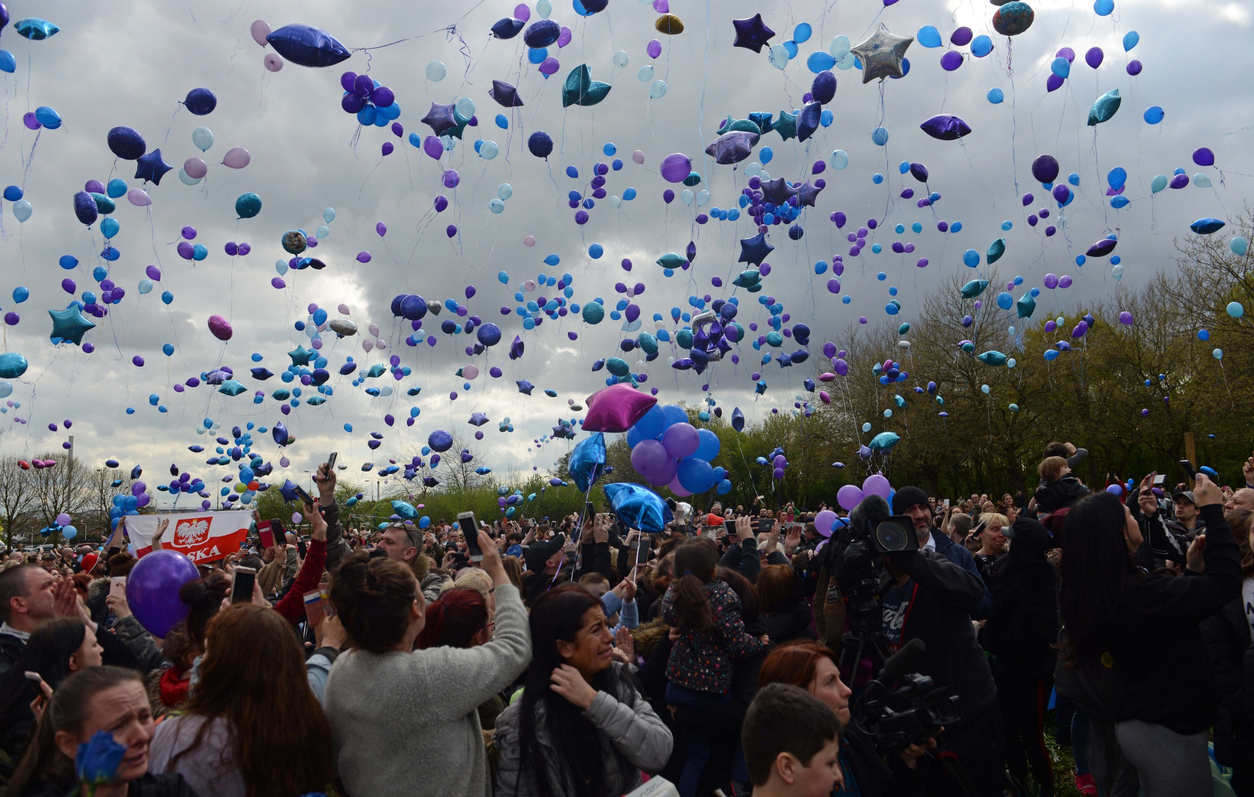 Thousands of people gather outside Alder Hey Hospital in Knotty Ash, Merseyside, to release purple and blue balloons in memory of Alfie Evans who passed away earlier this morning after having his life support machine turned off 5 days ago. 28 April 2018.
