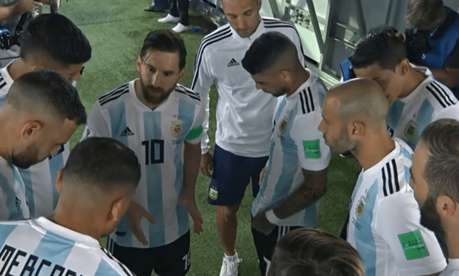 Lionel Messi team talk in tunnel (Picture: twitter)