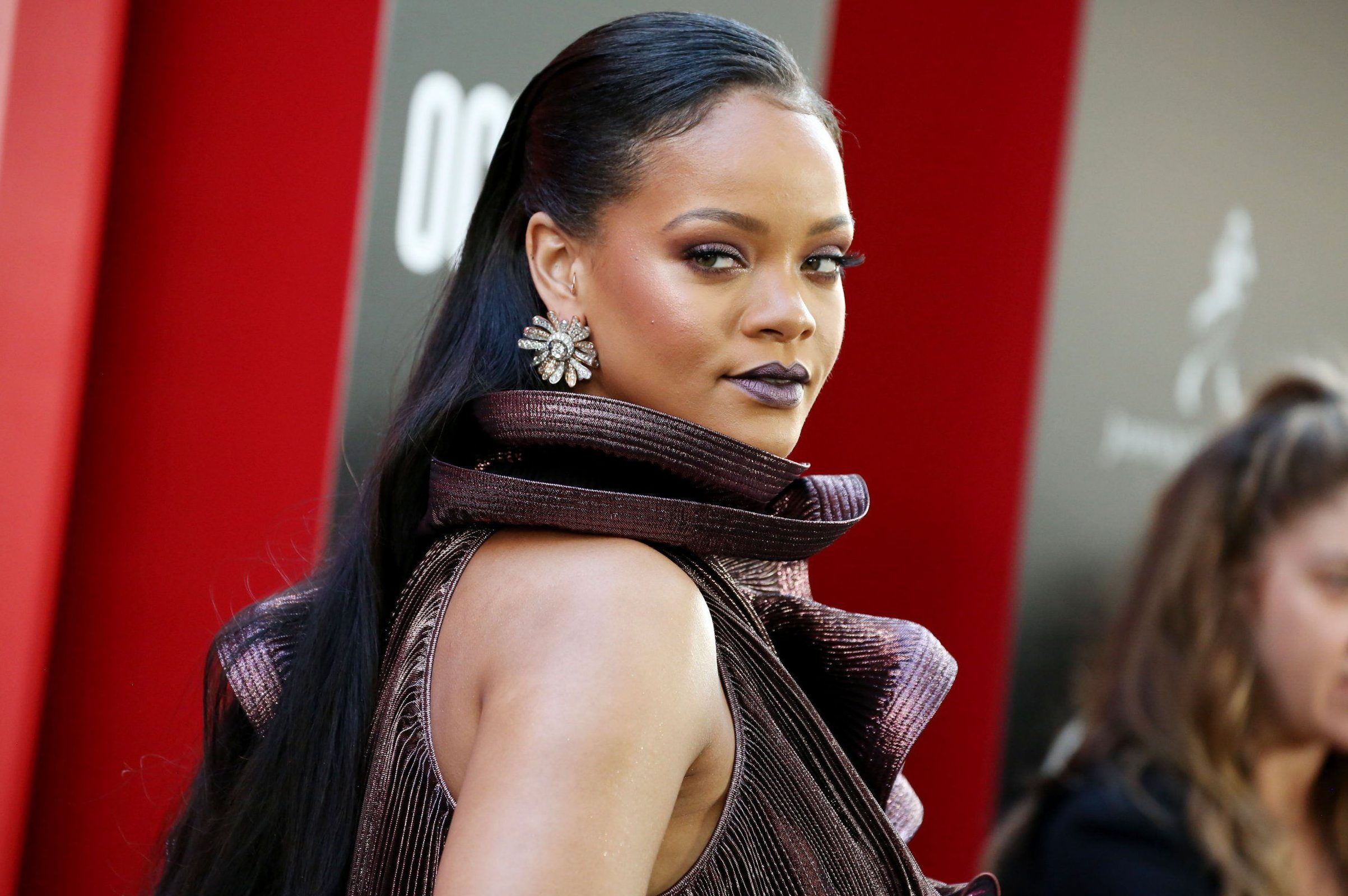 Rihanna proves her boss status as she helps make-up artist track down lost luggage
