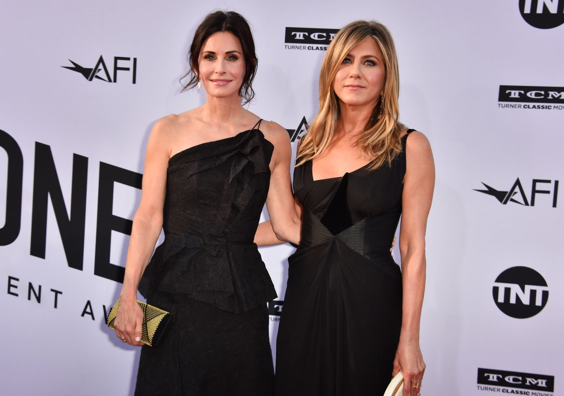 HOLLYWOOD, CA - JUNE 07: Courteney Cox (L) and Jennifer Aniston attend American Film Institute's 46th Life Achievement Award Gala Tribute to George Clooney at Dolby Theatre on June 7, 2018 in Hollywood, California. 390042 (Photo by Alberto E. Rodriguez/Getty Images for Turner )