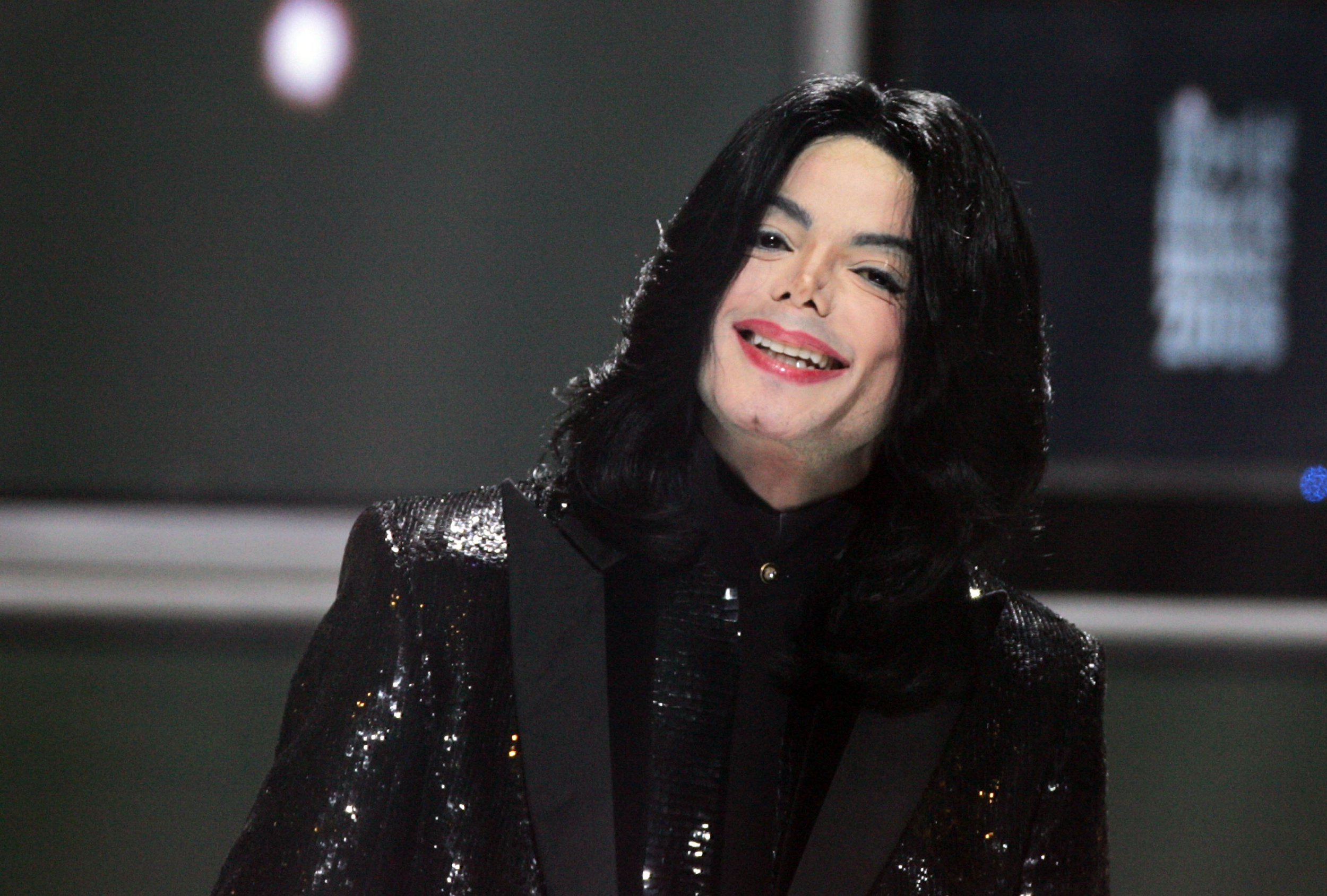 LONDON - NOVEMBER 15: Singer Michael Jackson performs on stage during the 2006 World Music Awards at Earls Court on November 15, 2006 in London. (Photo by Dave Hogan/Getty Images)