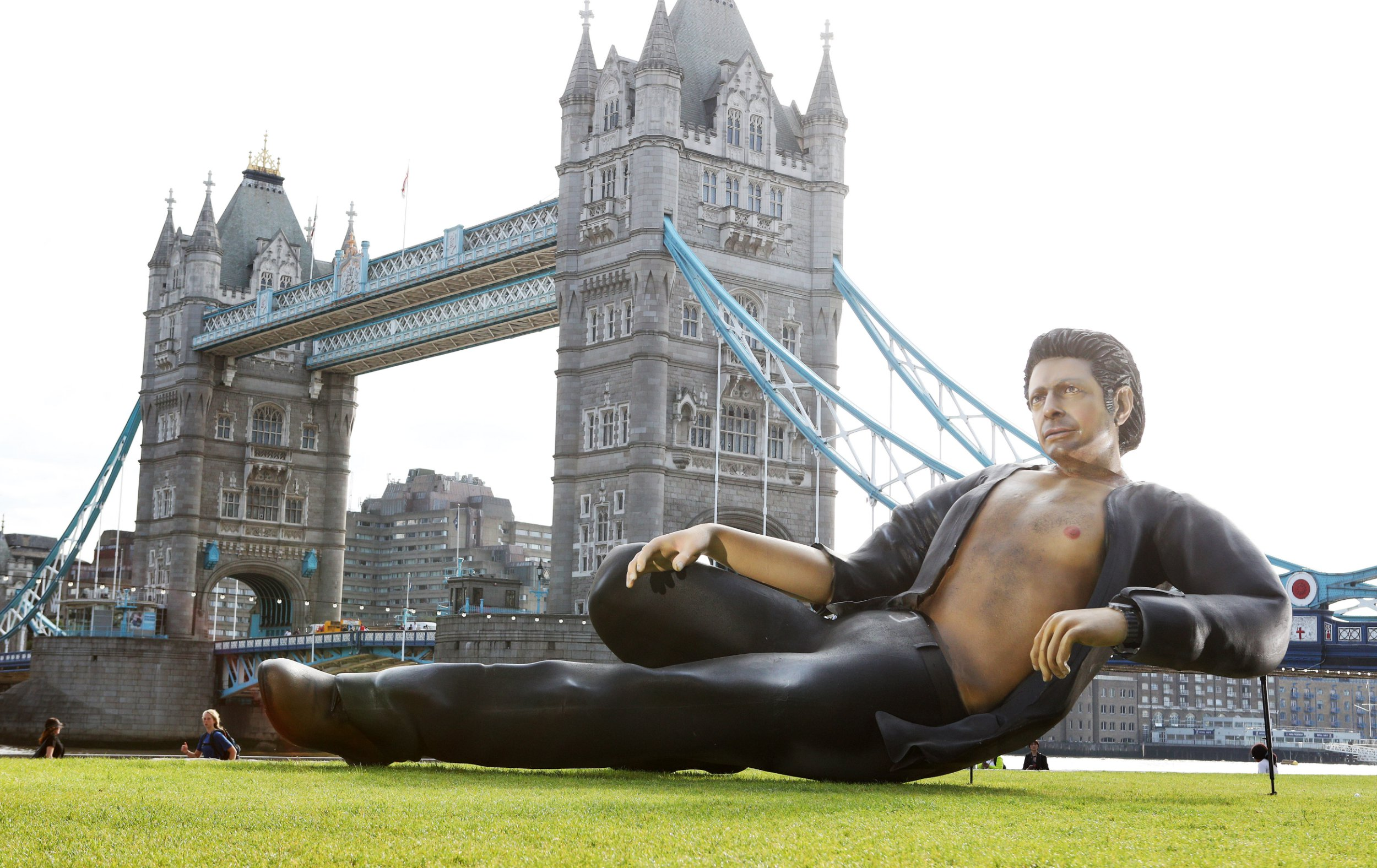 Jeff Goldblum statue erected i...