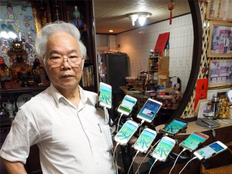 Grandfather uses 11 smartphones attached to a bicycle to play Pokemon Go