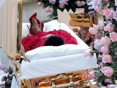 Aretha Franklin's open casket draws hundreds of fans who show respect for the late Queen of Soul