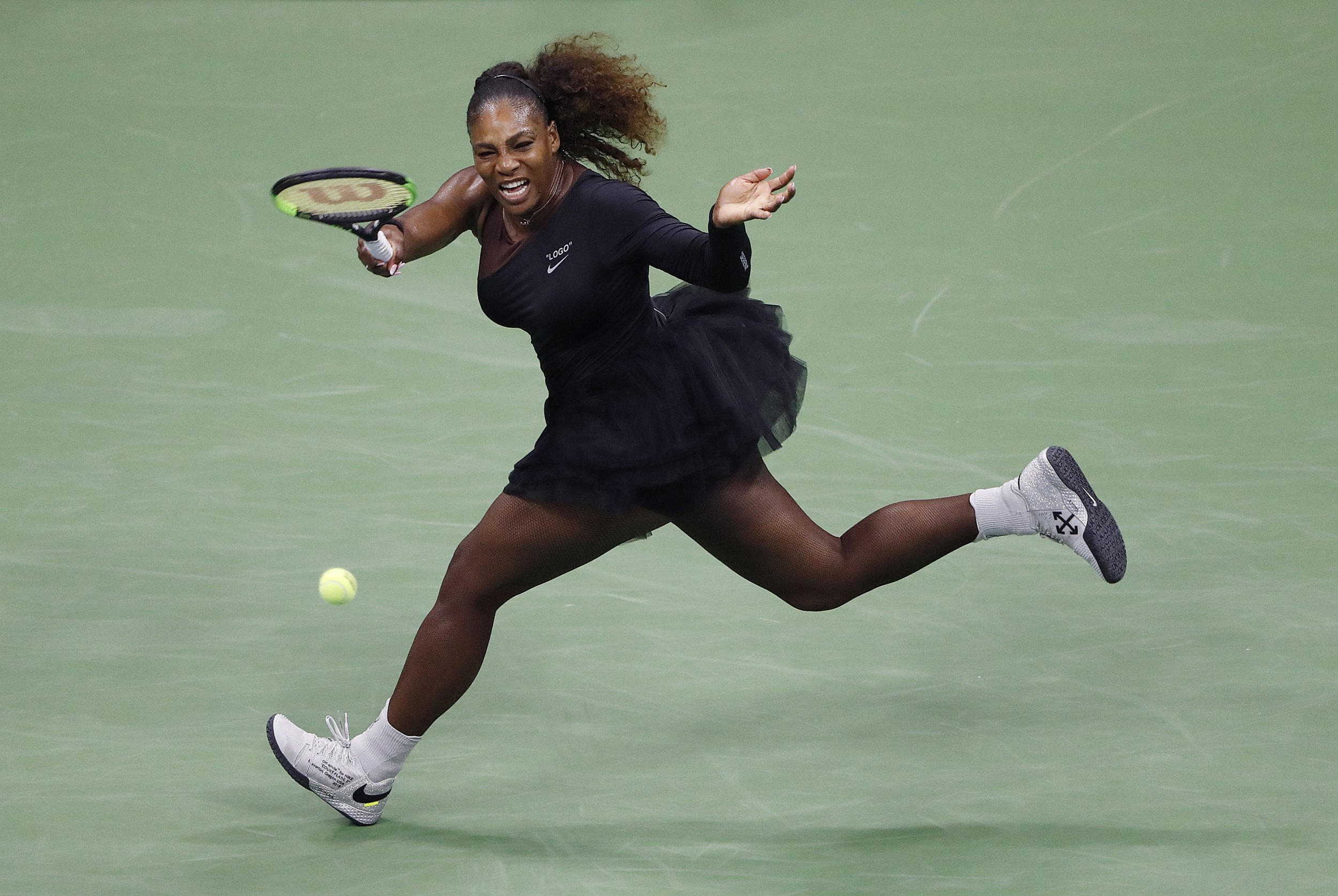 epa06977583 Serena Williams of the US hits a return to Magda Linette of Poland on the first day of the US Open Tennis Championships the USTA National Tennis Center in Flushing Meadows, New York, USA, 27 August 2018. The US Open runs from 27 August through 09 September. EPA/JASON SZENES *** Local Caption *** 53000073