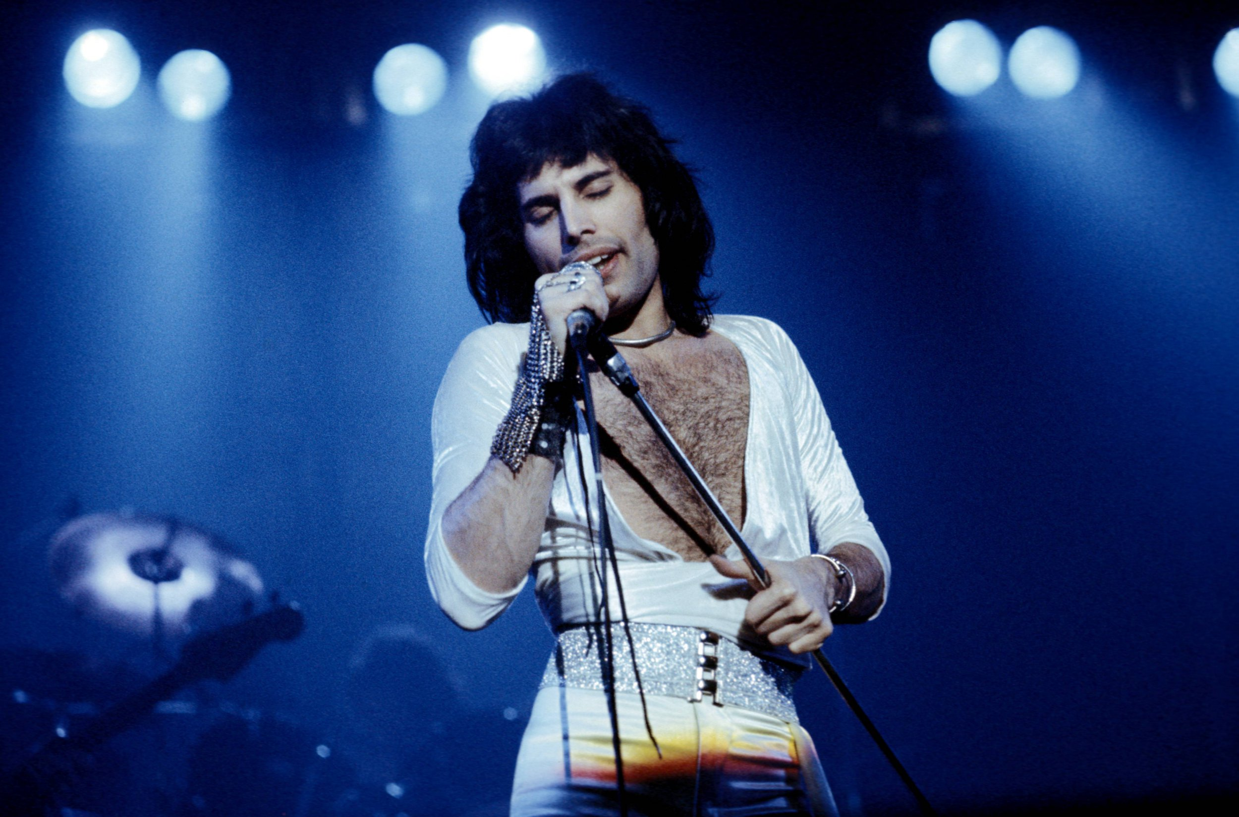 UNSPECIFIED - FEBRUARY 01: Photo of Freddie MERCURY and QUEEN; Freddie Mercury performing live on stage, (Photo by Fin Costello/Redferns)