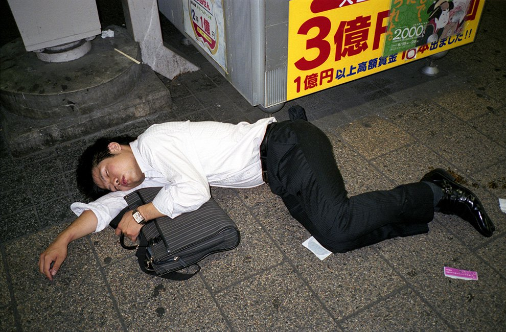 Photographer documents the common phenomenon of drunk Japanese businessmen snoozing in public