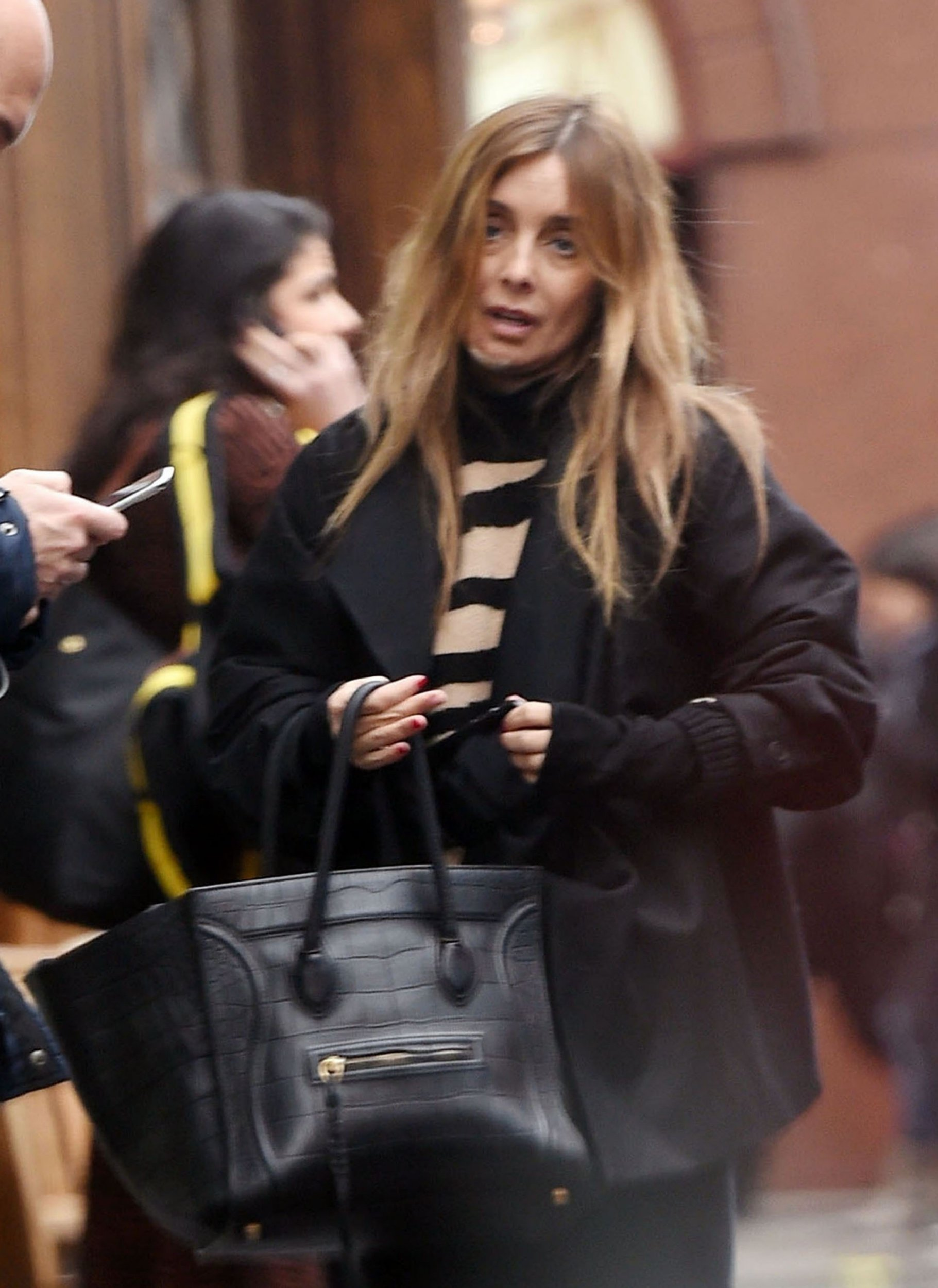 BGUK_1452636 - London, UNITED KINGDOM - *EXCLUSIVE* - WEB MUST CALL FOR PRICING - Louise Redknapp seems a little pre-occupied on her mobile phone pulling a few exasperated expressions out with a mystery man as she dines out at the Soho House members club in London. Louise who endured a turbulent 2018 with the marriage breakup from the former footballer Jamie Redknapp with the 44-year-old former Eternal singer involved in a series of reported rumoured relationships ever since her split. Pictured: Louise Redknapp BACKGRID UK 9 JANUARY 2019 BYLINE MUST READ: ZJ / BACKGRID UK: +44 208 344 2007 / uksales@backgrid.com USA: +1 310 798 9111 / usasales@backgrid.com *UK Clients - Pictures Containing Children Please Pixelate Face Prior To Publication*
