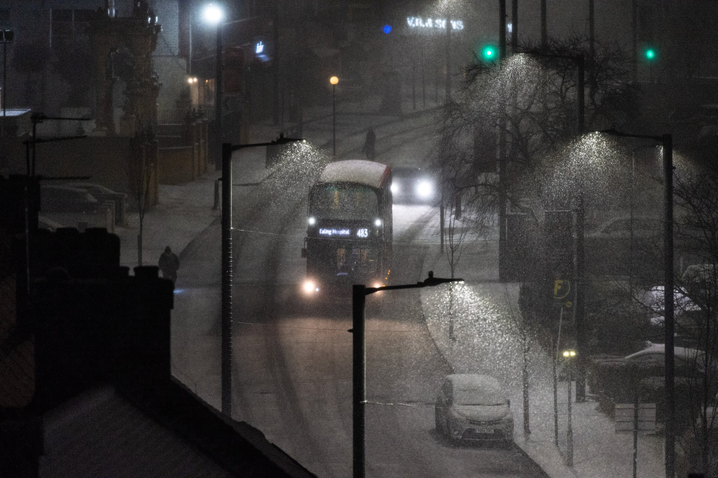 ?? Licensed to London News Pictures. 31/01/2019. London, UK. A bus drives on the snow covered streets of Wembley. Photo credit: Ray Tang/LNP