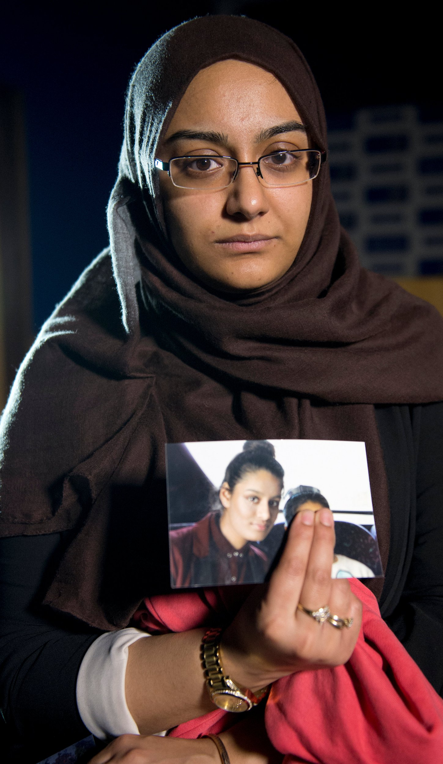 FILE PHOTO: Renu Begum, sister of teenage British girl Shamima Begum, holds a photo of her sister as she makes an appeal for her to return home at Scotland Yard, in London, Britain February 22, 2015. REUTERS/Laura Lean/Pool/File Photo