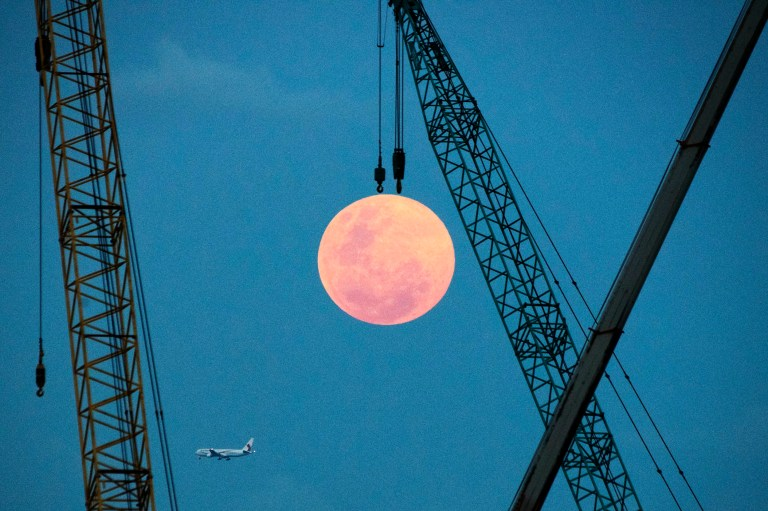 (190219) -- SINGAPORE, Feb. 19, 2019 (Xinhua) -- A full moon rises on the eastern coast of Singapore on Feb. 19, 2019. (Xinhua/Then Chih Wey) PHOTOGRAPH BY Xinhua / Barcroft Images
