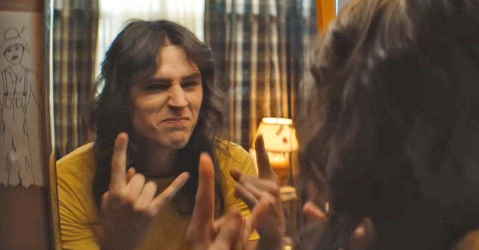 Tommy Lee is played by Machine Gun Kelly in first trailer for Motley Crue biopic (Picture: Netflix)