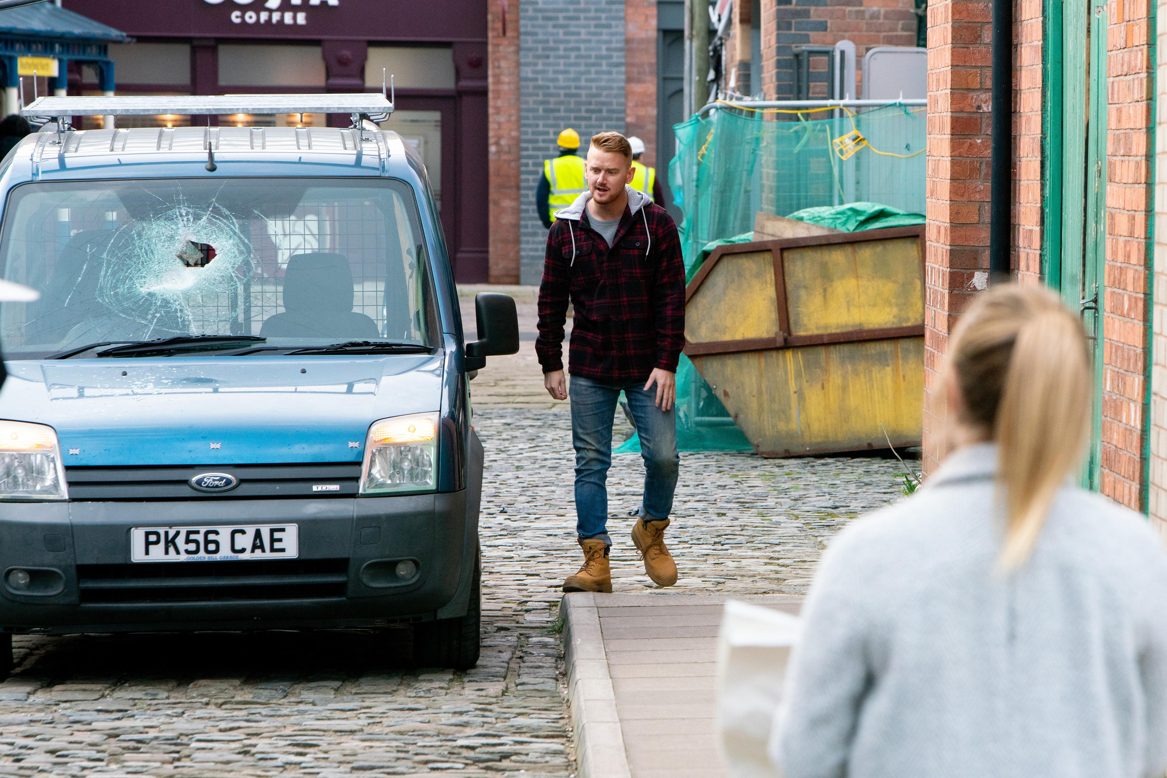 Gary hides a secret in Coronation Street
