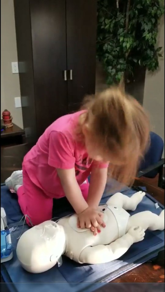 Three-year-old girl performs CPR using beat of Baby Shark