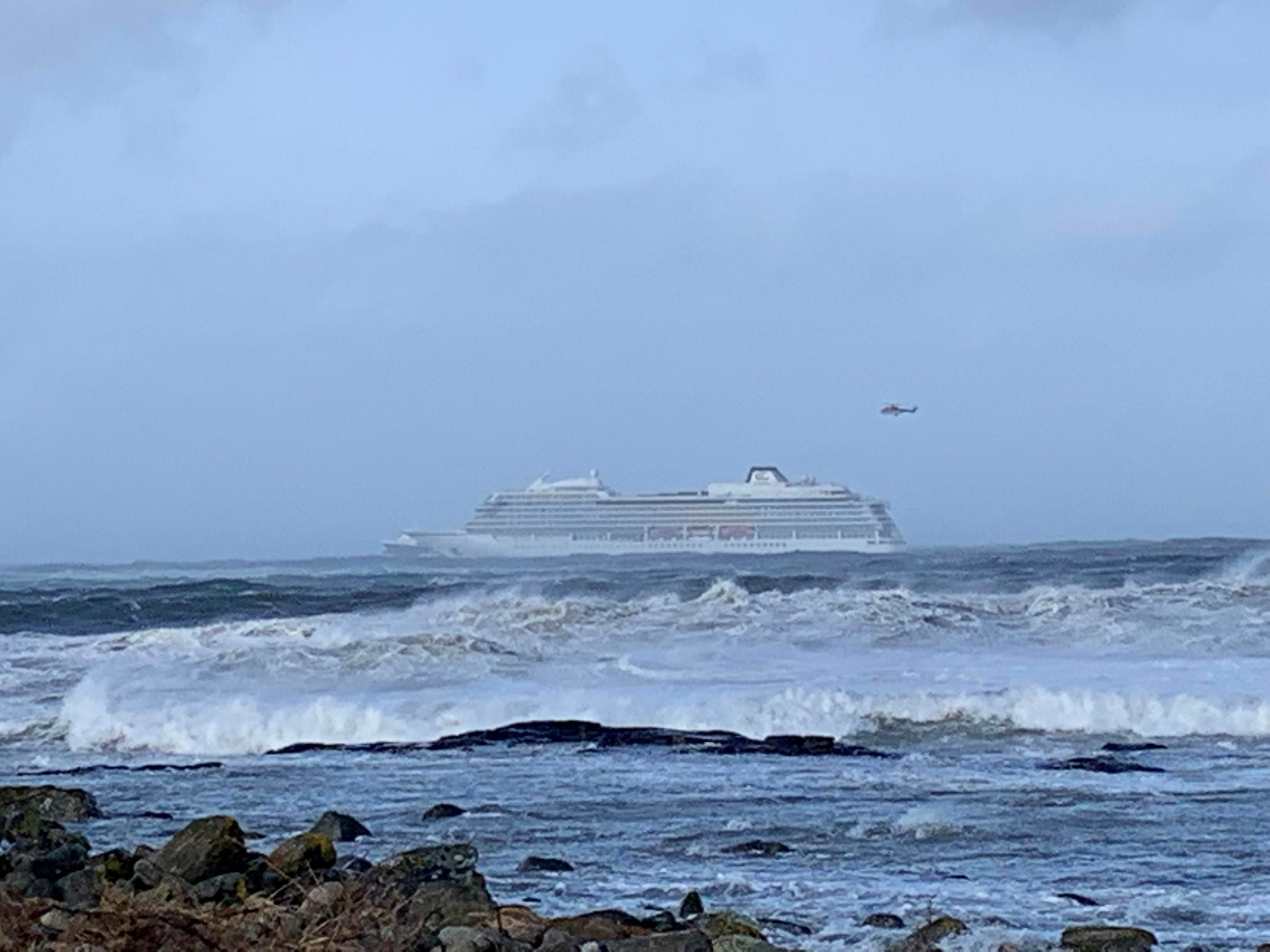 A cruise ship Viking Sky drifts towards land after an engine failure, Hustadvika, Norway March 23, 2019. Odd Roar Lange/NTB Scanpix/via REUTERS ATTENTION EDITORS - THIS IMAGE WAS PROVIDED BY A THIRD PARTY. NORWAY OUT. NO COMMERCIAL OR EDITORIAL SALES IN NORWAY.