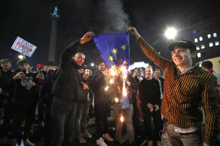 Brennende EU-Flaggen