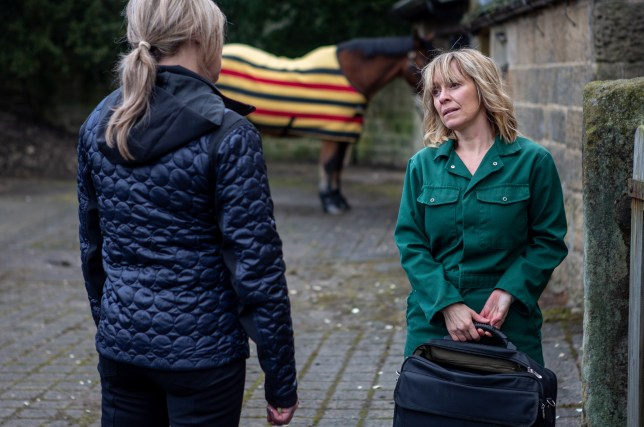 Kim asks Rhona for help in Emmerdale