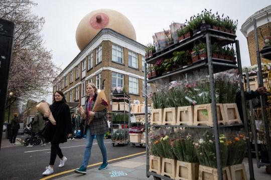 Payudara Raksasa Bermunculan di London, Ternyata Ini Maksudnya