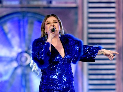 Kelly Clarkson reacts perfectly after mistaken identity as seat-filler during ACM Awards